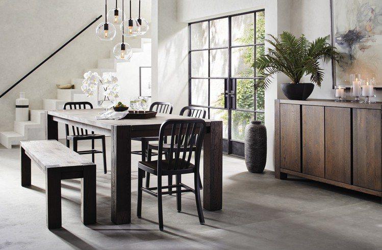 誠懇質樸的木桌搭上現代俐落金屬餐椅。圖/Crate and Barrel提供