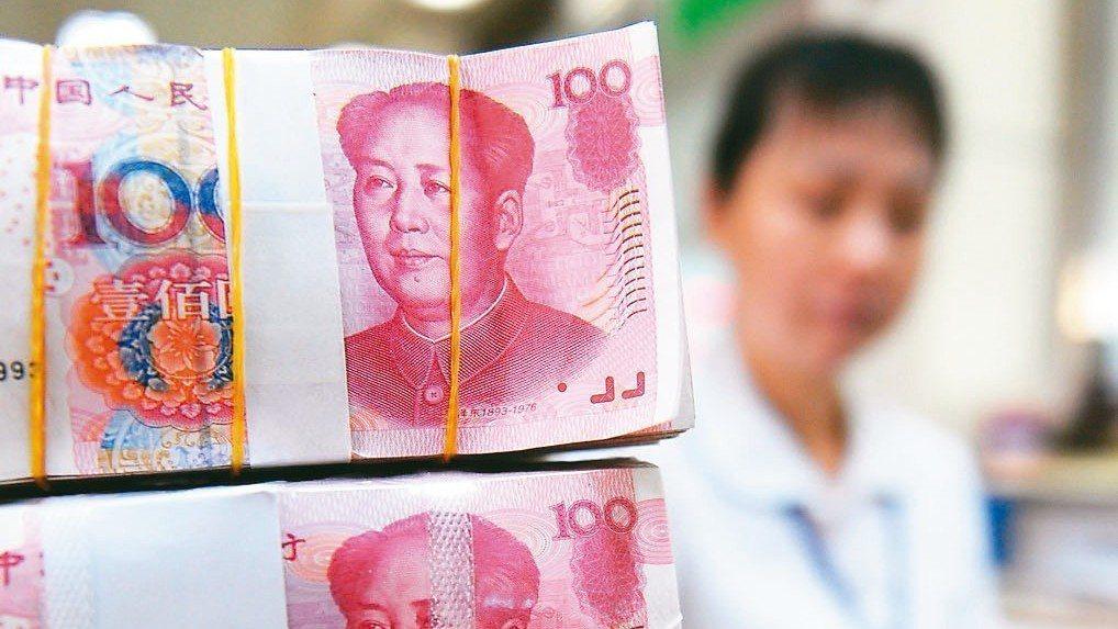 圖為海南瓊海市一銀行營業員在清點人民幣。 新華社