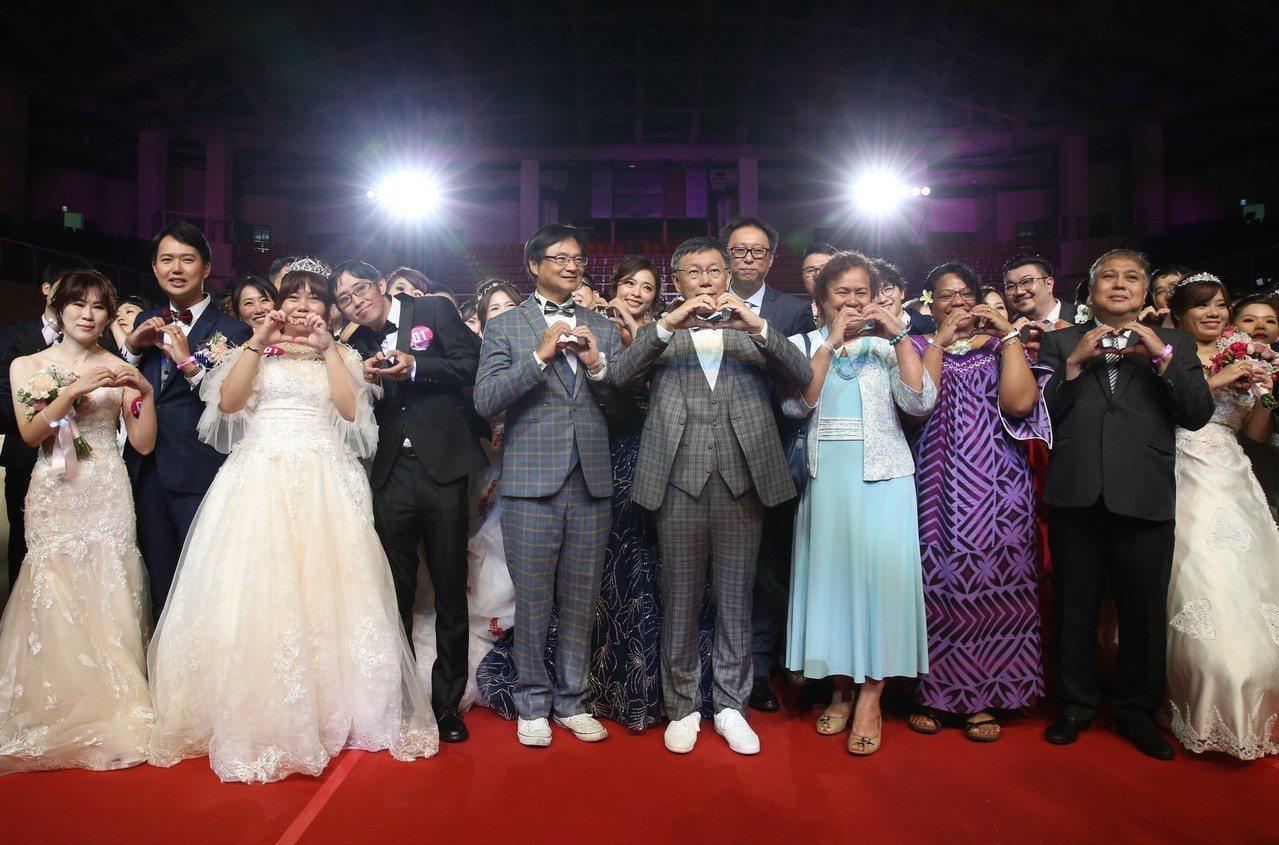 台北市長柯文哲(中)下午盛裝出席台北市第217場聯合婚禮,並擔任80對新人的證婚...