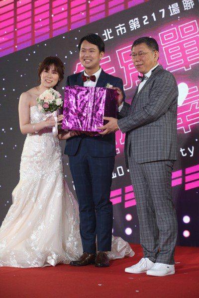 台北市長柯文哲(右一)改穿格紋西裝,搭配白球鞋,吸引不少新人搶拍。 記者葉信菉/...