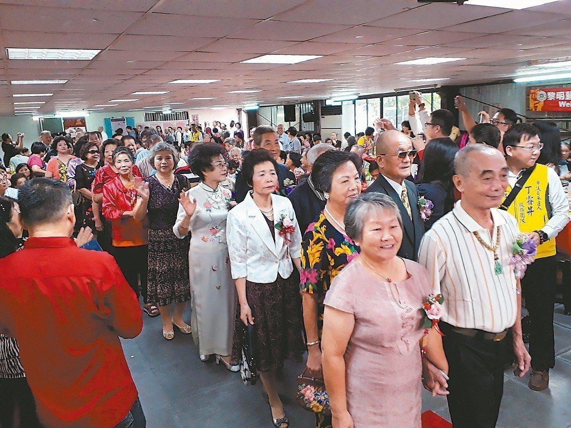 板橋龍興社區昨為結婚滿40年以上的60對長輩,舉辦重陽禮讚活動,長輩都盛裝出席。...