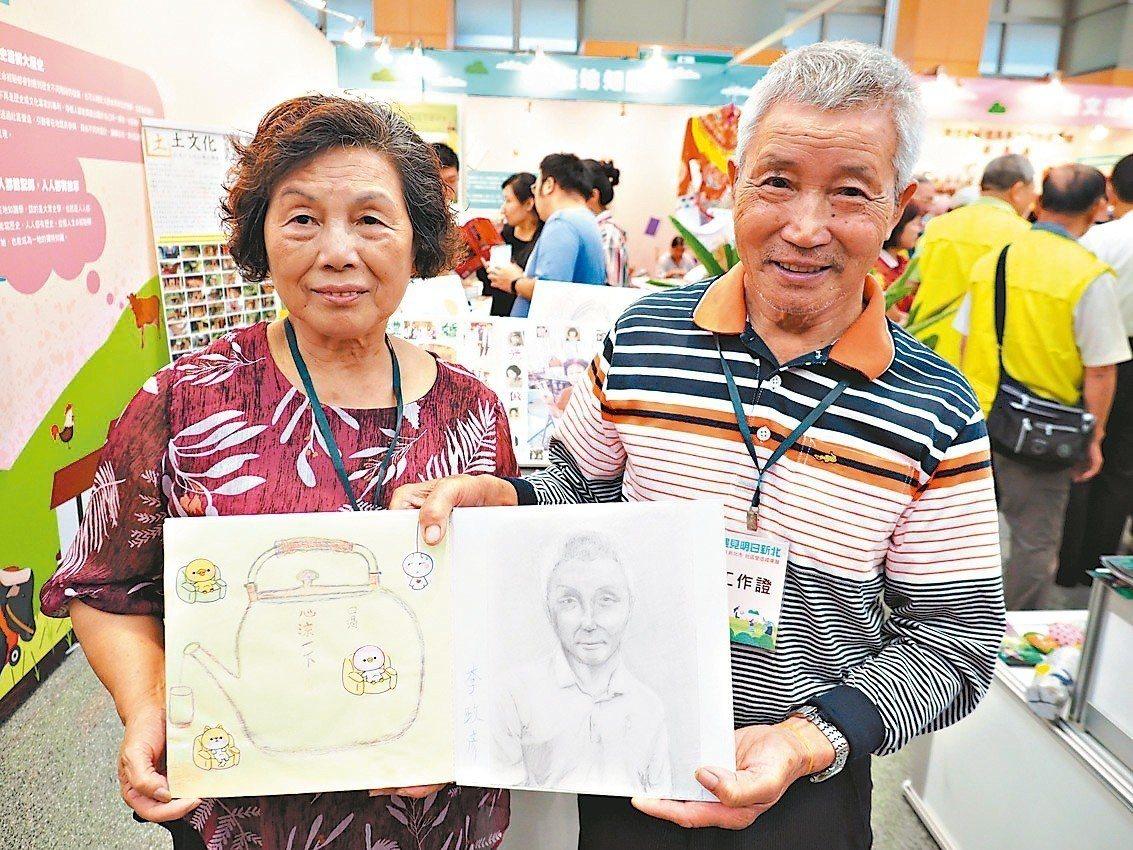 83歲李政彥(右)畫功了得,素描自畫像驚豔眾人。 記者魏翊庭/翻攝