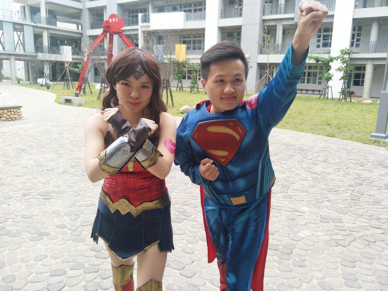 桃園市新人莊凱任(右)、林思穎(左)喜愛漫畫英雄,穿著超人、神力女超人裝參加桃園...