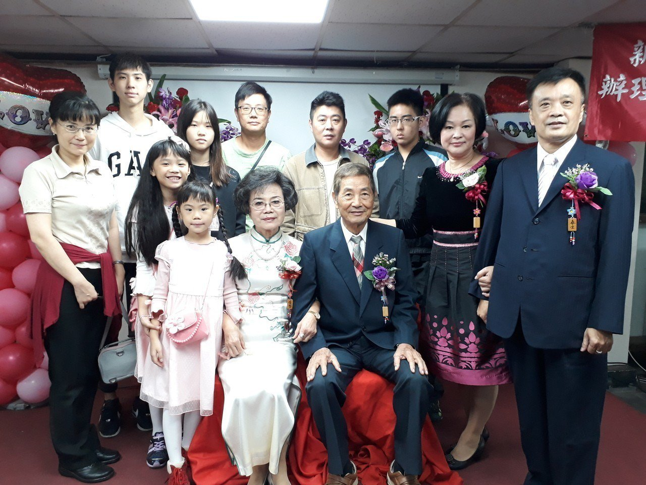 何展洋和楊福智(前排)婚齡53年,受子女鼓勵報名參與。右為黃春生夫婦。記者施鴻基...