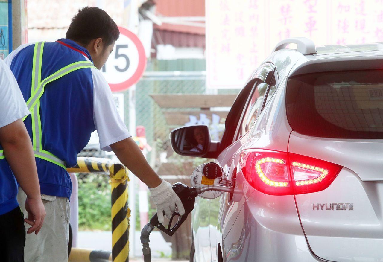 中油昨天表示,為了平穩物價,8日凌晨零時起不調漲油價,並以現行油價為上限,暫時凍...