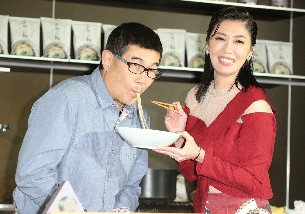 賈靜雯(右)舉行品牌發表會,力推家傳麵,邀請攝影記者率先品嚐。記者陳正興/攝影