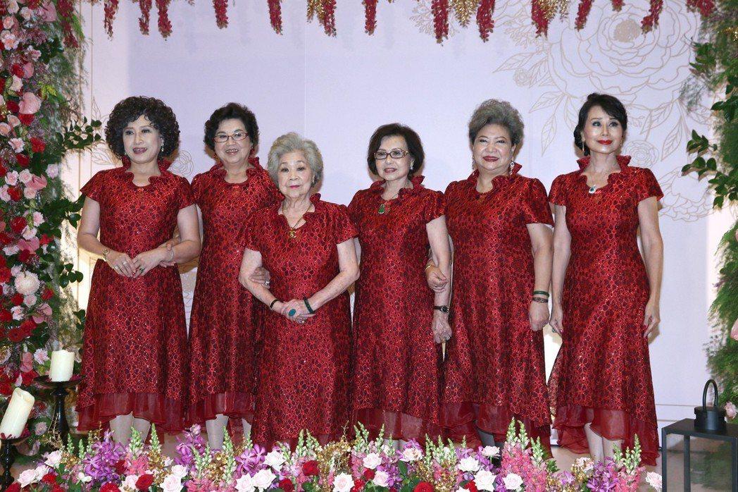 周遊與李朝永舉行紅寶石婚的伴娘群。記者蘇健忠/攝影