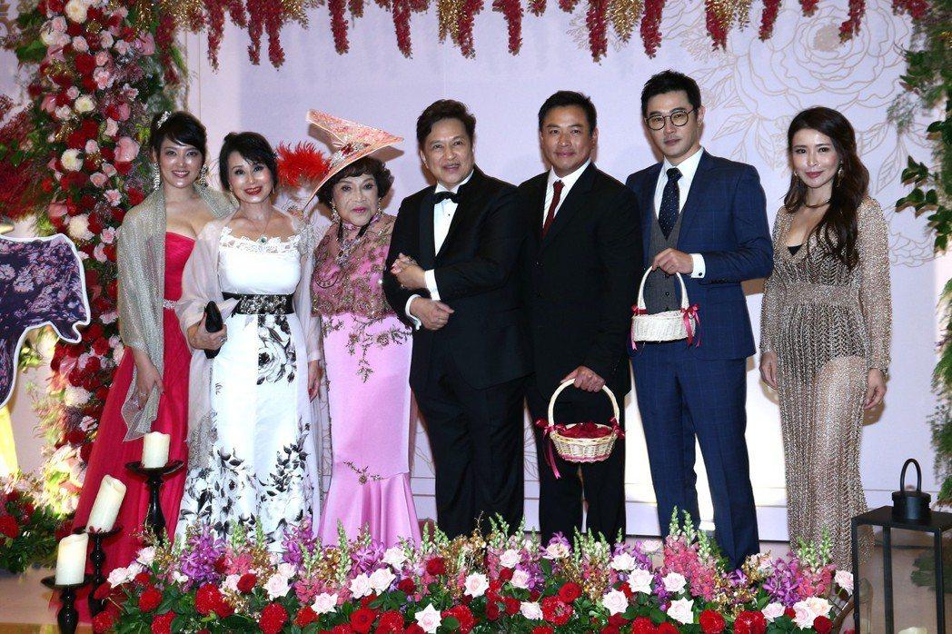 周遊(左三)與李朝永(右四)舉行紅寶石婚,現場賓客如雲,久未露面的張琍敏(左二)...