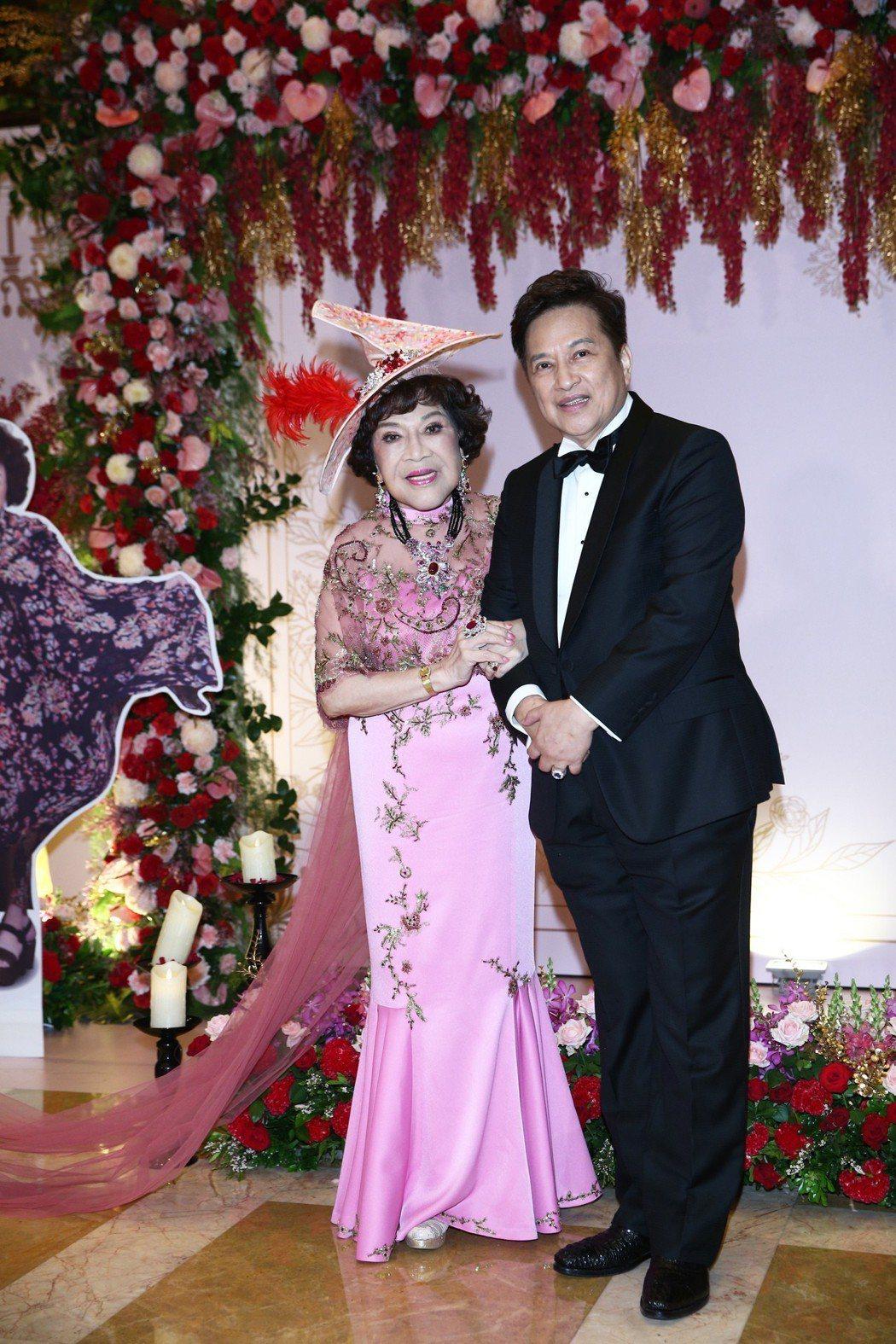 周遊(左)與李朝永(右)晚上舉行紅寶石婚,現場賓客如雲,前總統馬英九、前副總統呂...