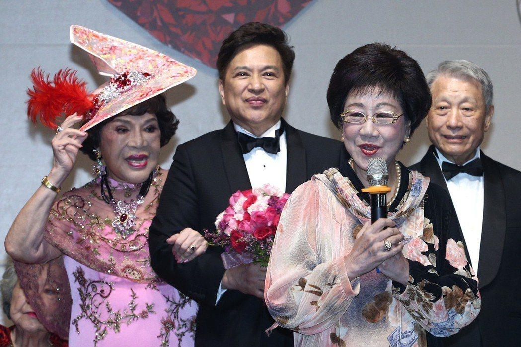 前副總統呂秀蓮(右二)出席周遊(左一)與李朝永(左二)舉行的紅寶石婚宴致詞。記者...
