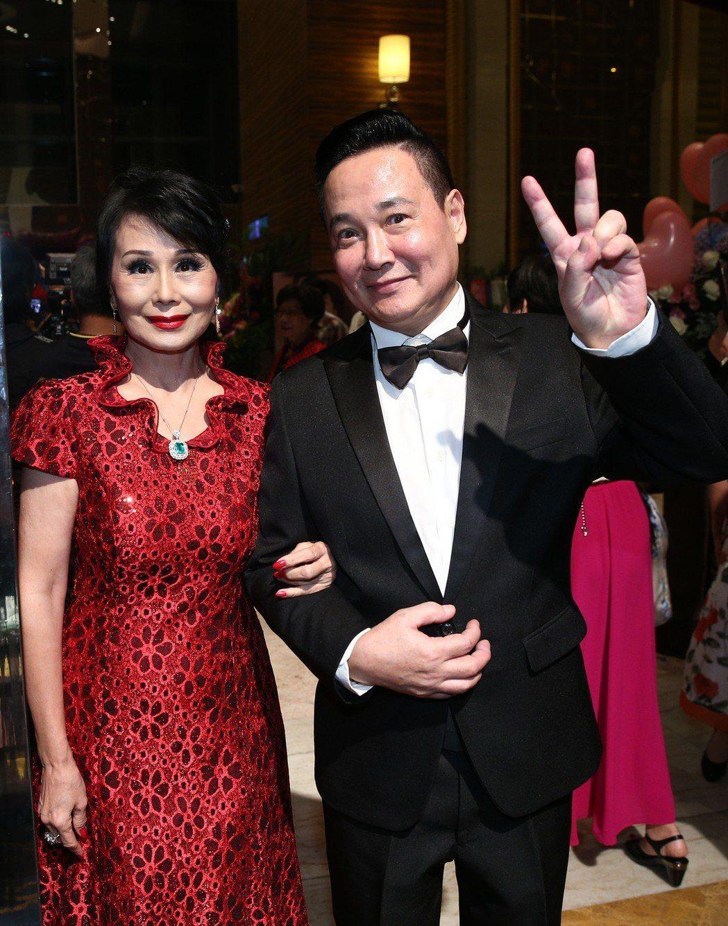 張琍敏(左)與孟飛(右)出席周遊與李朝永舉行的紅寶石婚宴。記者蘇健忠/攝影