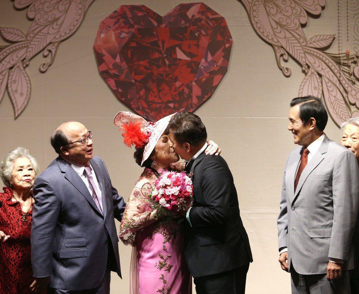 前總統馬英九(右二)與台中市前市長胡志強(左二)出席周遊(左三)與李朝永(右三)...