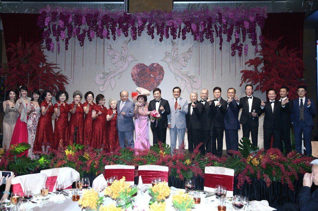 前總統馬英九(右九)與台中市前市長胡志強(左十)出席周遊與李朝永舉行的紅寶石婚宴...