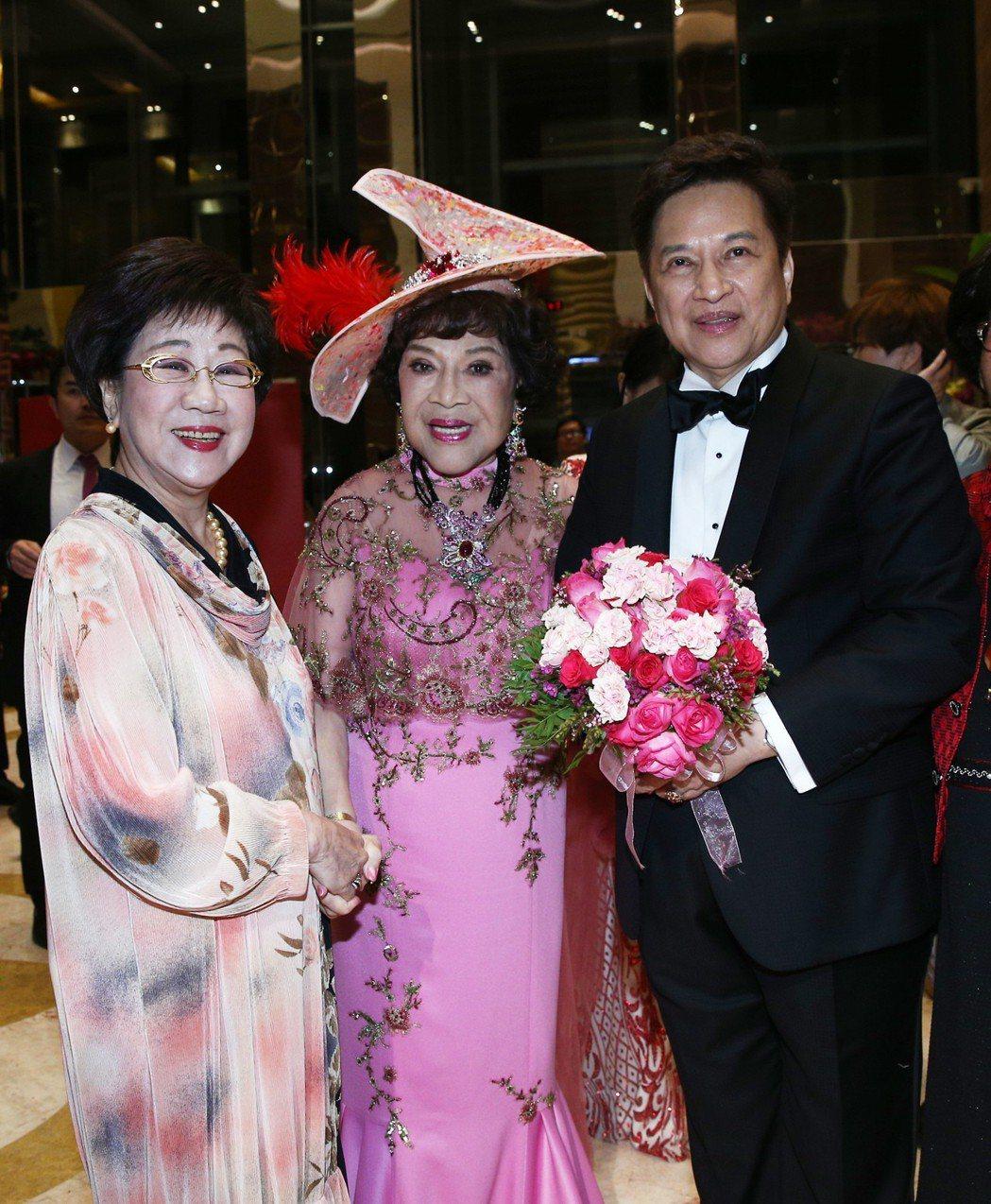 前副總統呂秀蓮(左)出席周遊(中)與李朝永(右)舉行的紅寶石婚宴。記者蘇健忠/攝...