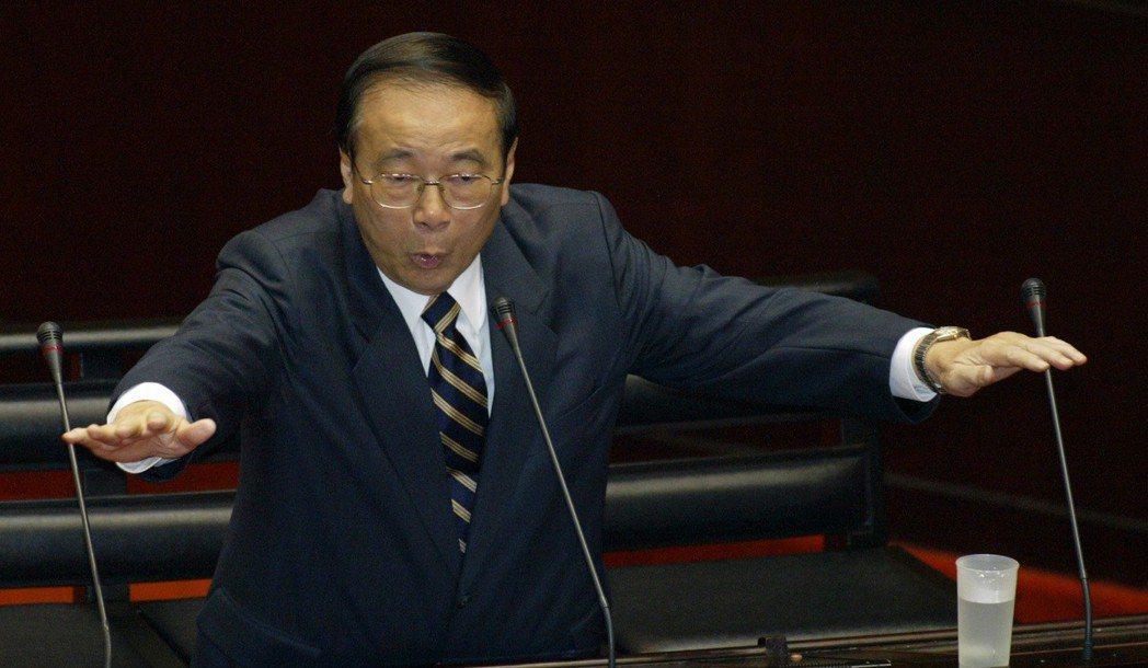 行政院前院長張俊雄2008年4月在立法院表示,不應該用政治眼光看待油價凍漲,政府...