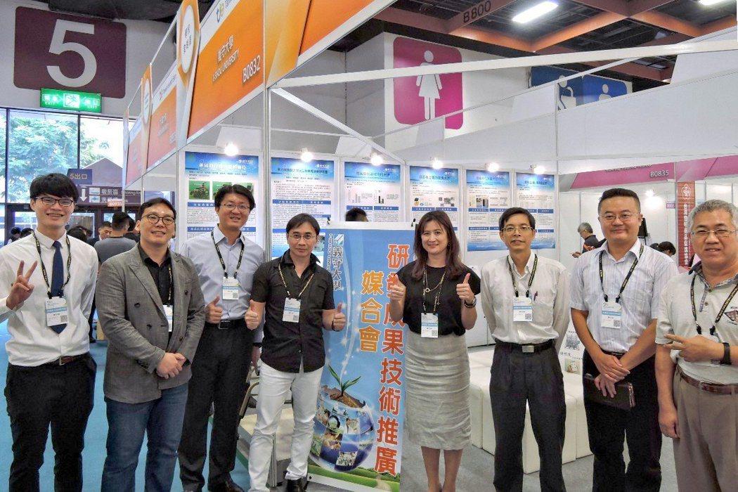 義守大學參加2018台灣創新技術博覽會,共奪7獎,團隊成員包括學生李大安(左起)...