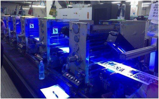 LED UV固化設備安裝於新北6色凸版印刷機。 成欣光電/提供