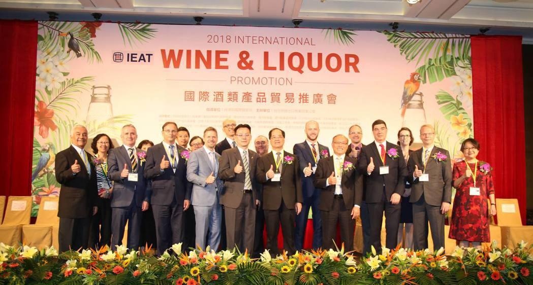 「2018年國際酒類產品貿易推廣會」開幕式,由台北市進出口公會副理事長凃如肯、秘...