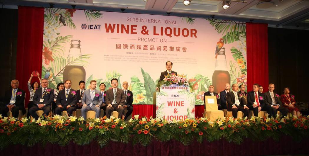 台北市進出口公會副理事長凃如肯(中)開幕致詞,預祝大會成功,乾杯!