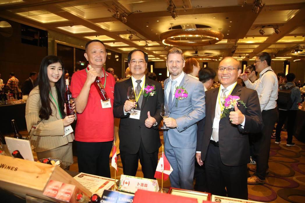 台北市進出口公會副理事長凃如肯(左三)、秘書長黃文榮(右一),來到加拿大冰酒攤位...