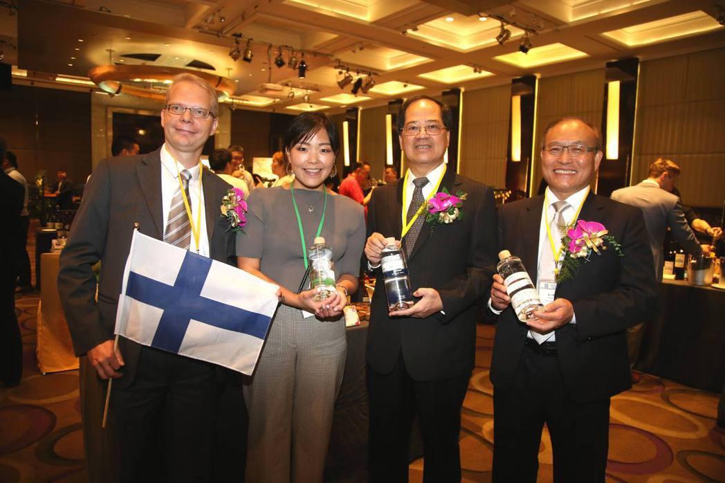 台北市進出口公會副理事長凃如肯(左)、秘書長黃文榮(右)與北歐瑞士酒商合影。