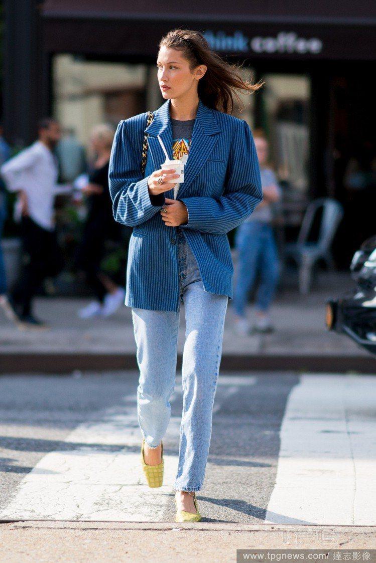 名模Bella Hadid利用亮色鞋款搭配Oversize外套,避免頭重腳輕。圖...