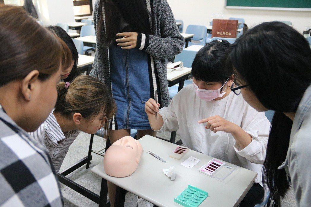 弘光科大美甲社,教導接睫毛考照吸引不少學生參加。 弘光科大/提供。