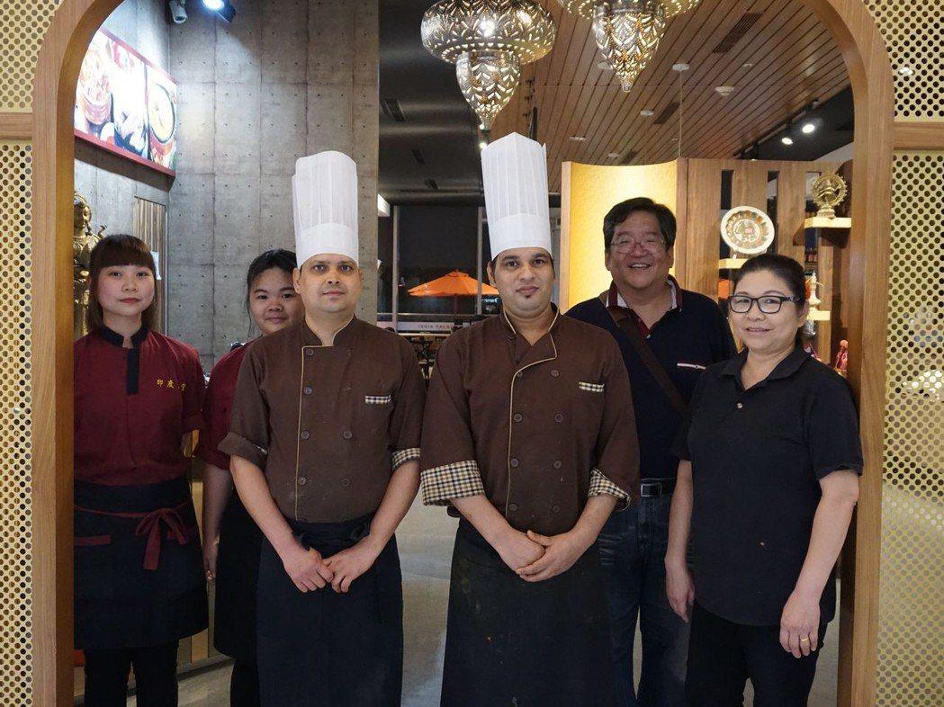 印度皇宮總經理郝繼達(右二),堅持天然美味,背後的動力是為了給家人健康。 南紡/...