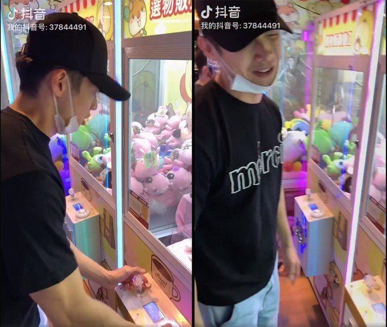 辰亦儒玩夾娃娃機。圖/擷自辰亦儒微博影片