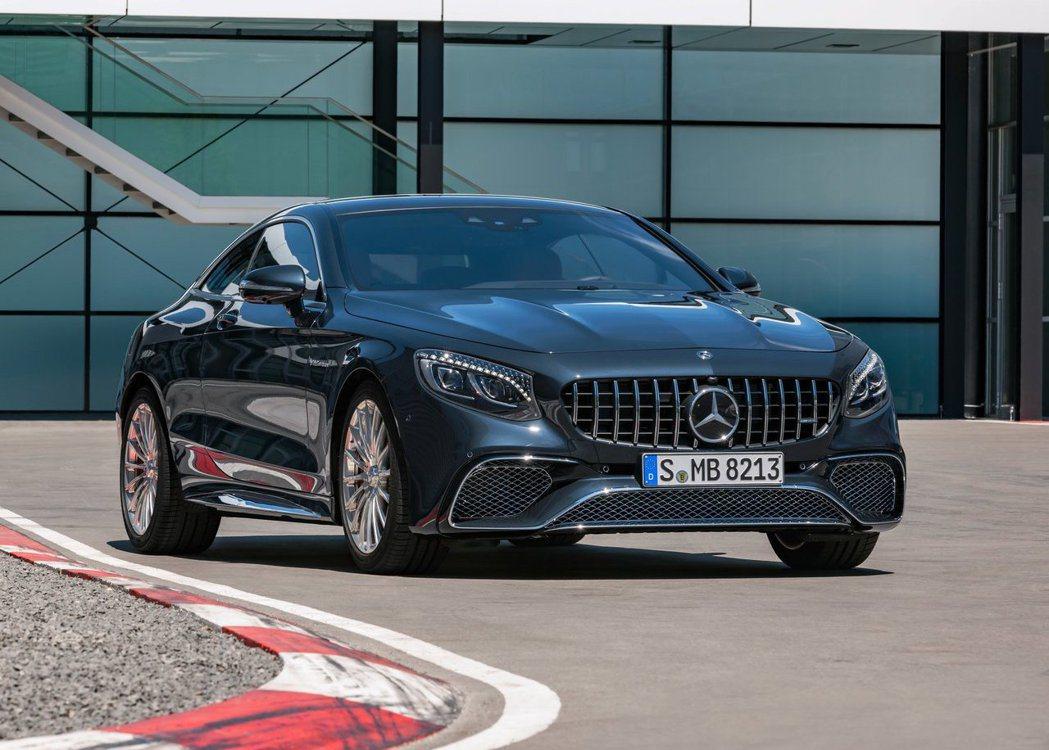 豪華旗艦的Mercedes-AMG S65 Coupe雙門轎跑,當然也是搭載V1...