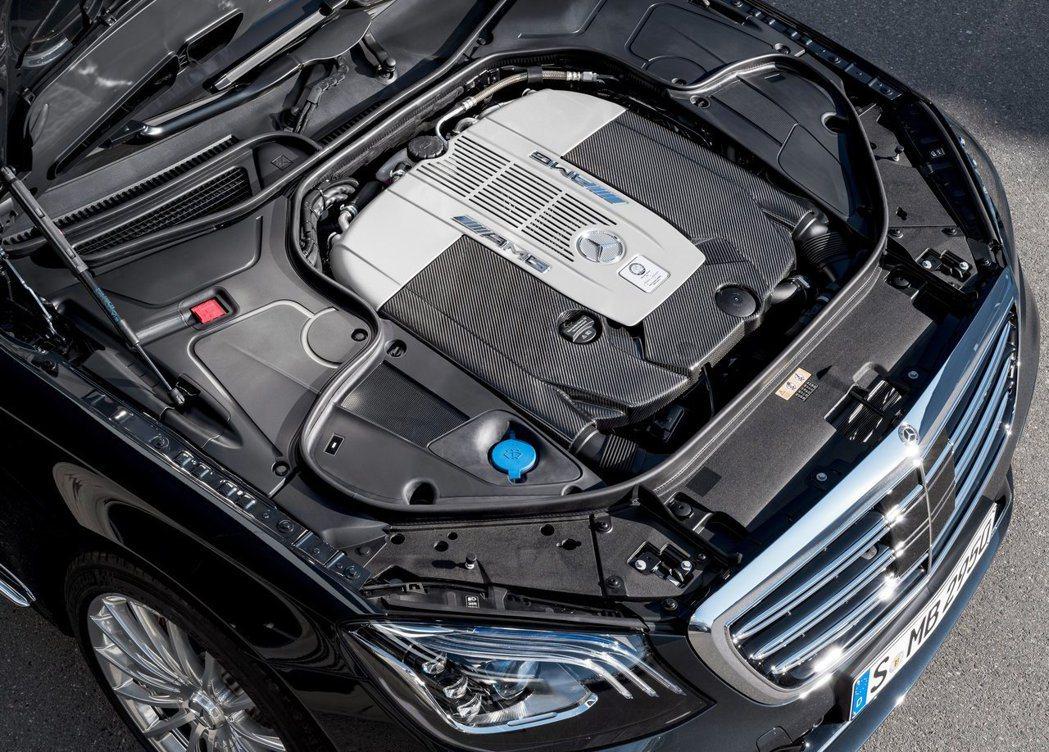 V型12汽缸、雙渦輪增壓、621hp的馬力、102kgm扭力。 摘自Merced...