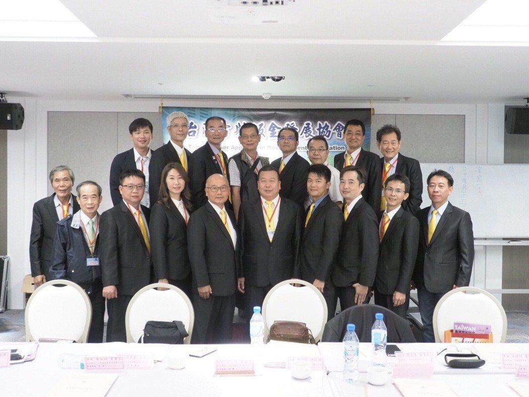 台灣雷射鈑金發展協會第六屆理監事一同合影。 協會/提供