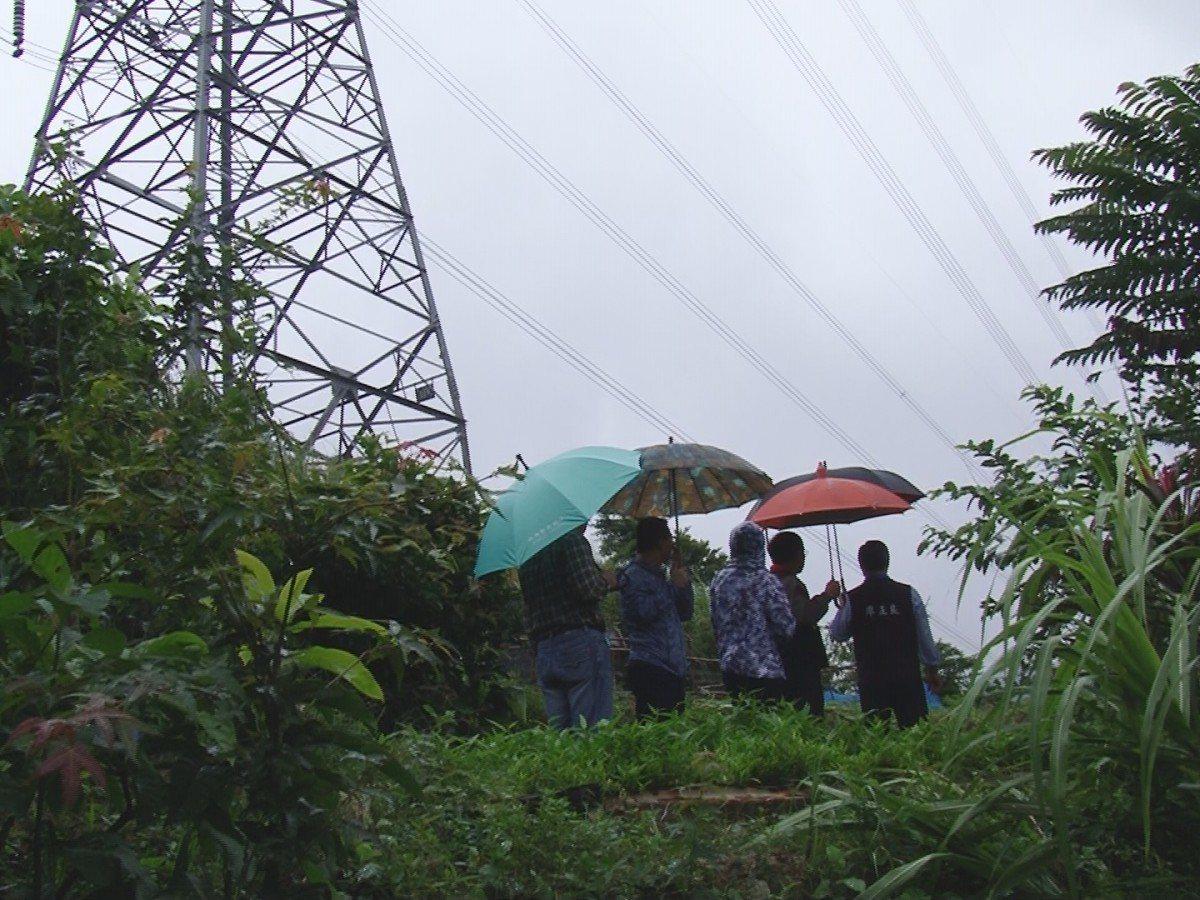 萬里區烏塗炭地區山坡滑落,一旁高壓電塔岌岌可危,當地居民地基可能掏空而壓垮住家,...