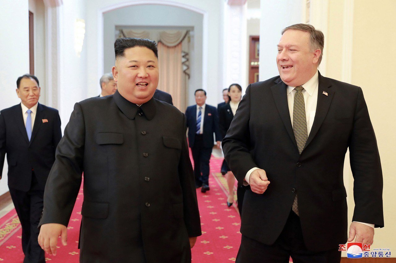 美國國務卿龐培歐(右)7日與北韓領導人金正恩(左)在平壤會面。美聯社