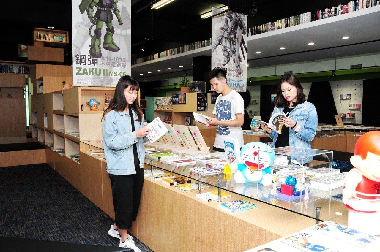 靜宜蓋夏圖書館即日起至12日,有「鋼彈模型」與「五大主題書」展覽。圖/靜宜大學提...
