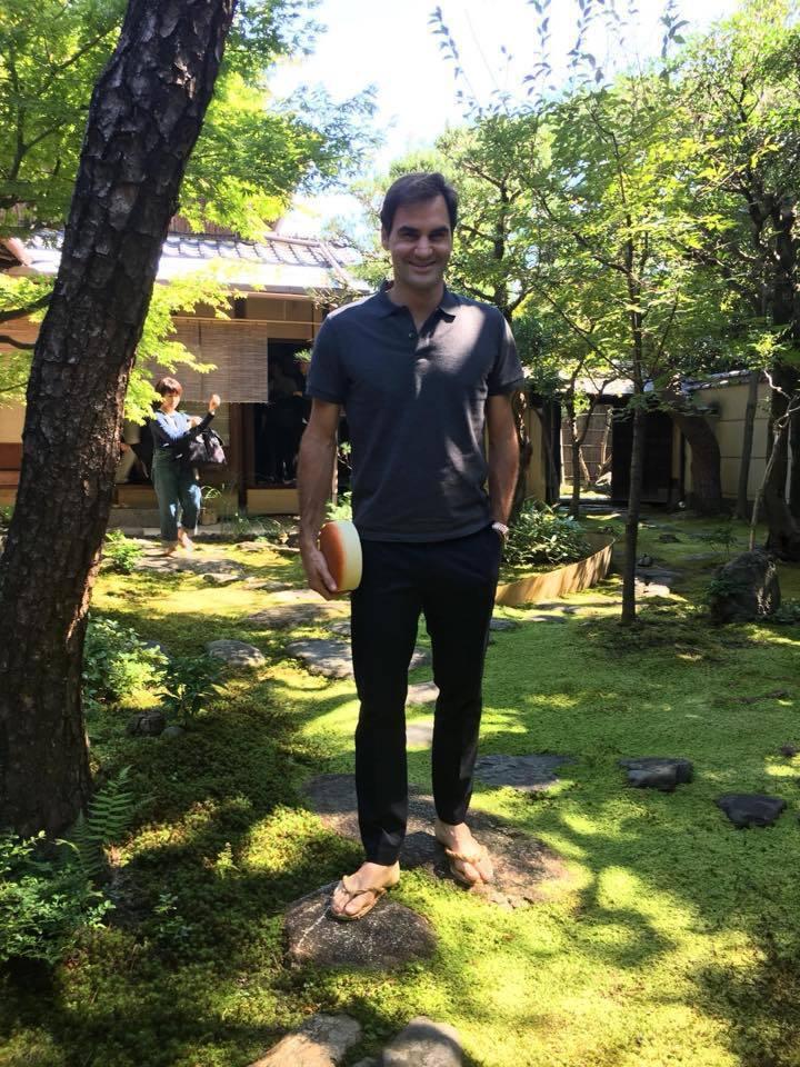 費德勒在東京時入境隨俗以灰色Polo衫、修身長褲混搭夾腳拖,造型相當融入當地文化...