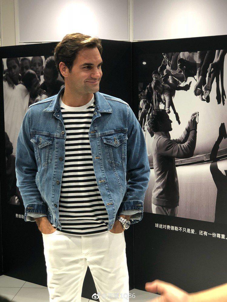 出席UNIQLO在上海為他舉辦的品牌活動時,挑選了牛仔外套內搭條紋長袖T恤,並加...