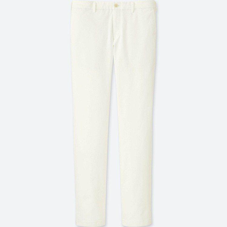 費德勒所穿著的UNIQLO男裝Slim Fit無褶卡其褲990元。圖/摘自UNI...