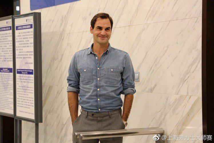 日前在抵達上海機場時,費德勒同樣身穿UNIQLO的牛仔襯衫出現。圖/摘自微博