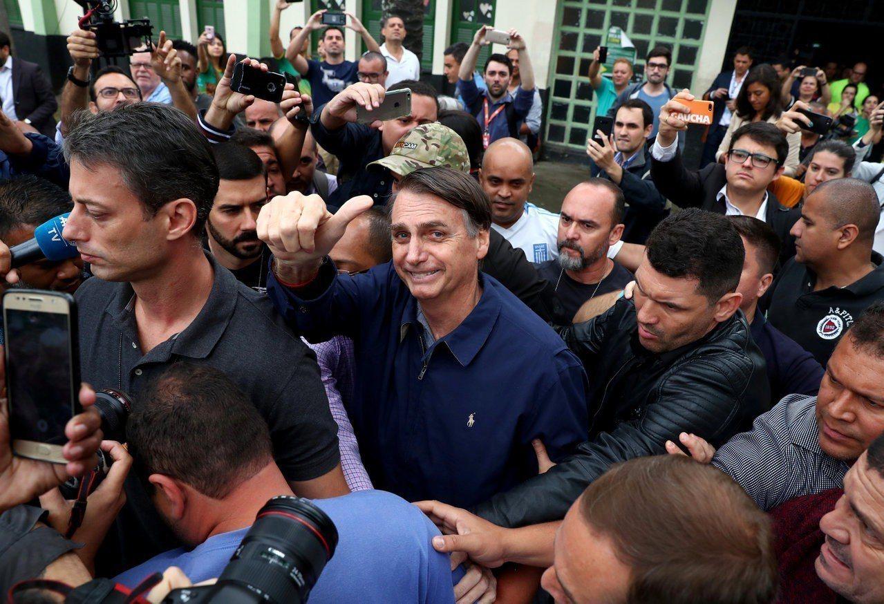 巴西總統大選第一輪投票,極右派候選人波索納洛取得領先,將在10月28日對決得票居...