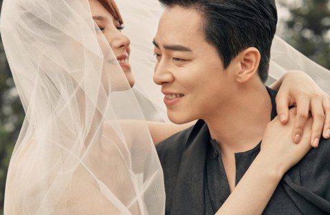 唱紅多首韓劇OST的歌手Gummy和交往5年的男星曹政奭完婚啦!他們的經紀公司今天發表聯合聲明,表示他們已經完成婚禮,正式結為夫妻。在婚紗照中,兩人臉上幸福洋溢,也互相約定「一生互相尊重、互相照顧,...