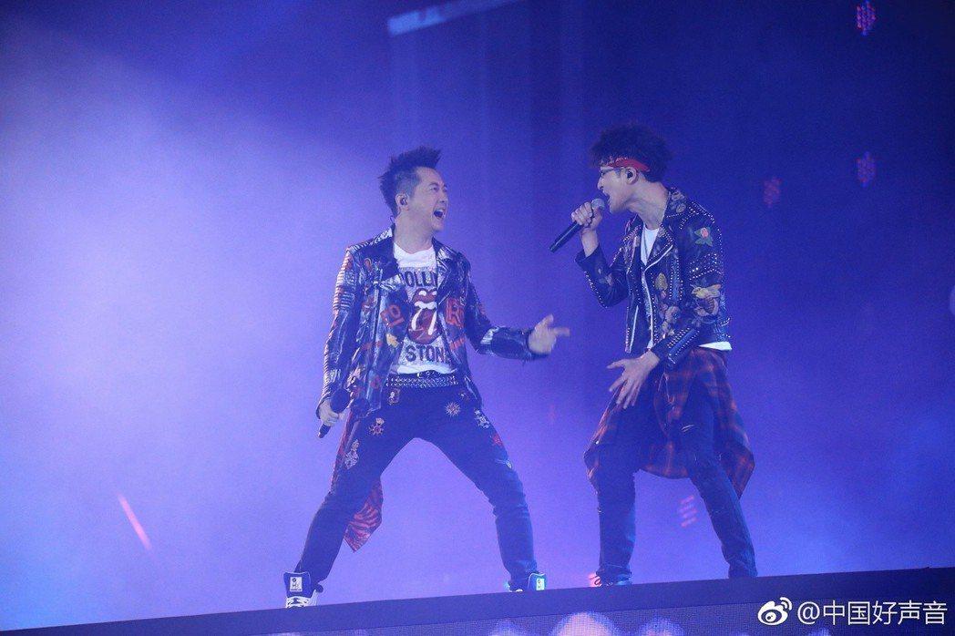 庾澄慶(左)跟學員黎真吾帶來精彩的合作演出。圖/摘自微博