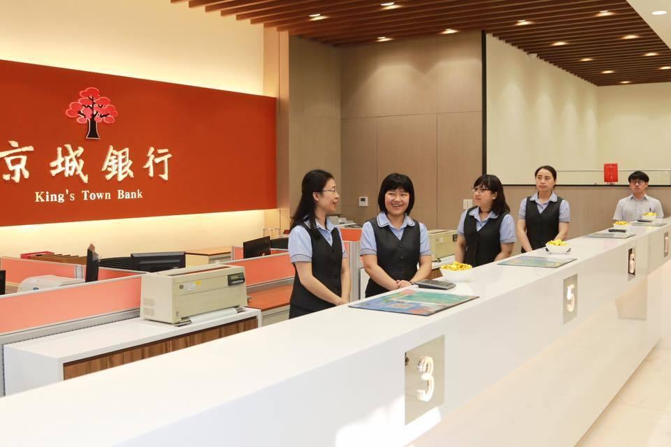 京城銀行新化分行大樓在206南台大震中倒塌,去年10月5日在原址動工重建今完工落...