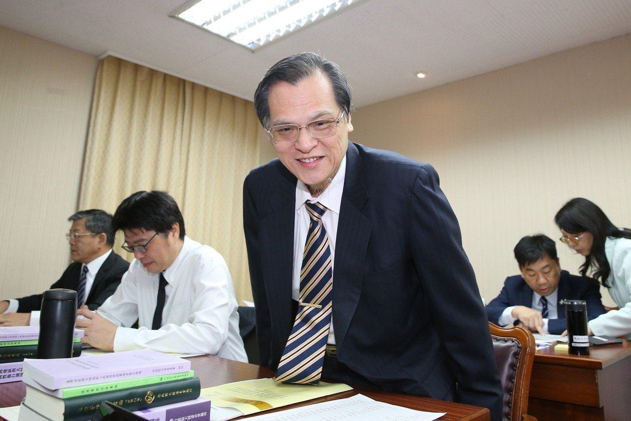 陸委會主委陳明通今天就居住證議題到立法院內政委員會報告並列席備詢。他表示對於國人...