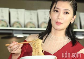 藝人賈靜雯與弟弟賈子宸(衛斯理)下午舉行品牌發表會,力推家傳麵。