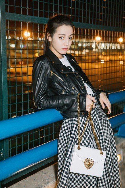 迪麗熱巴可說是這兩年米蘭時裝周中最受矚目的華人女星。圖/摘自微博