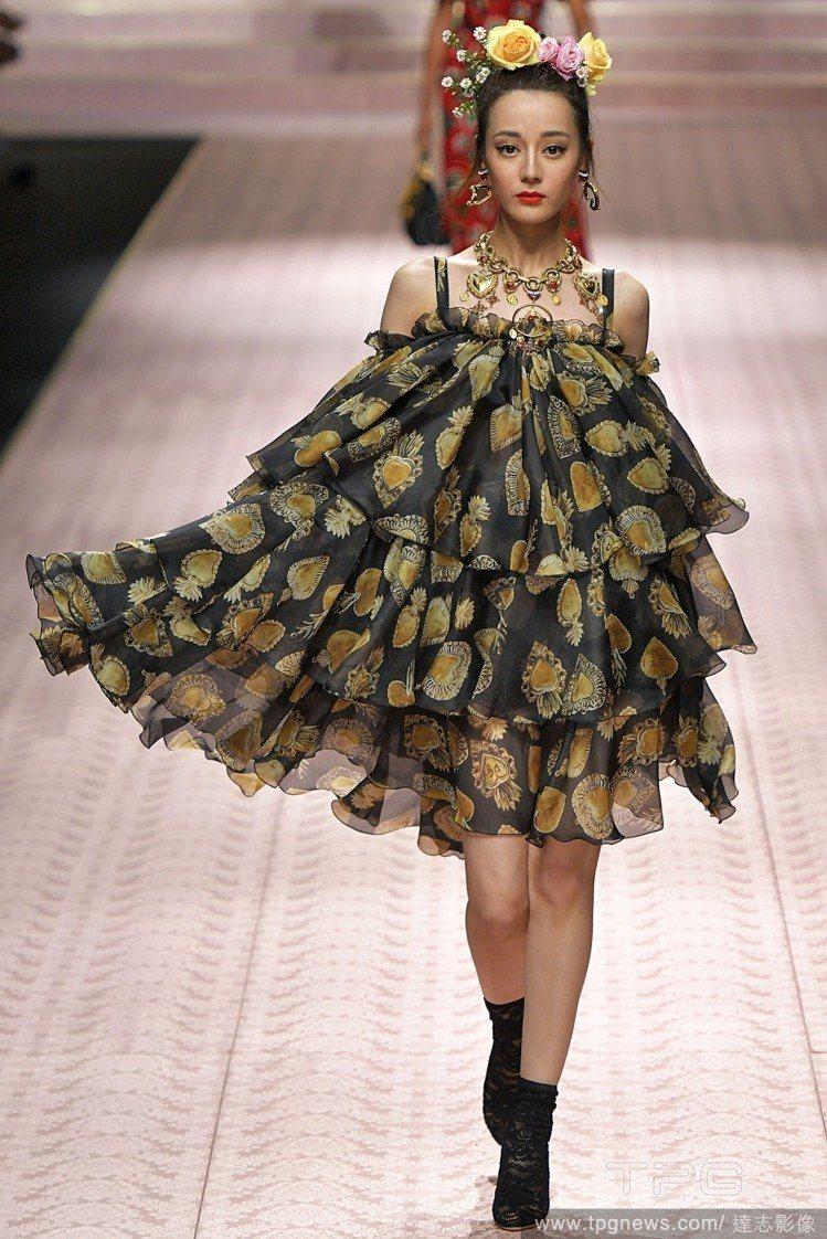 迪麗熱巴日前在米蘭時裝周第二次為Dolce&Gabbana走秀。圖/達志影像