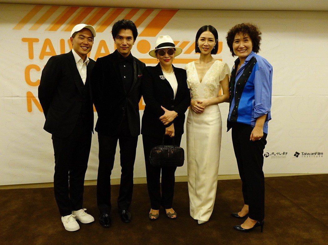 「誰先愛上他的」導演及演員見到知名監製徐楓,驚喜合照,左起為導演許智彥、邱澤、徐