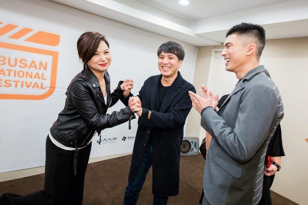 「狂徒」導演洪子烜(中)見到偶像影后楊貴媚(左),開心的十指緊扣,右為「狂徒」男
