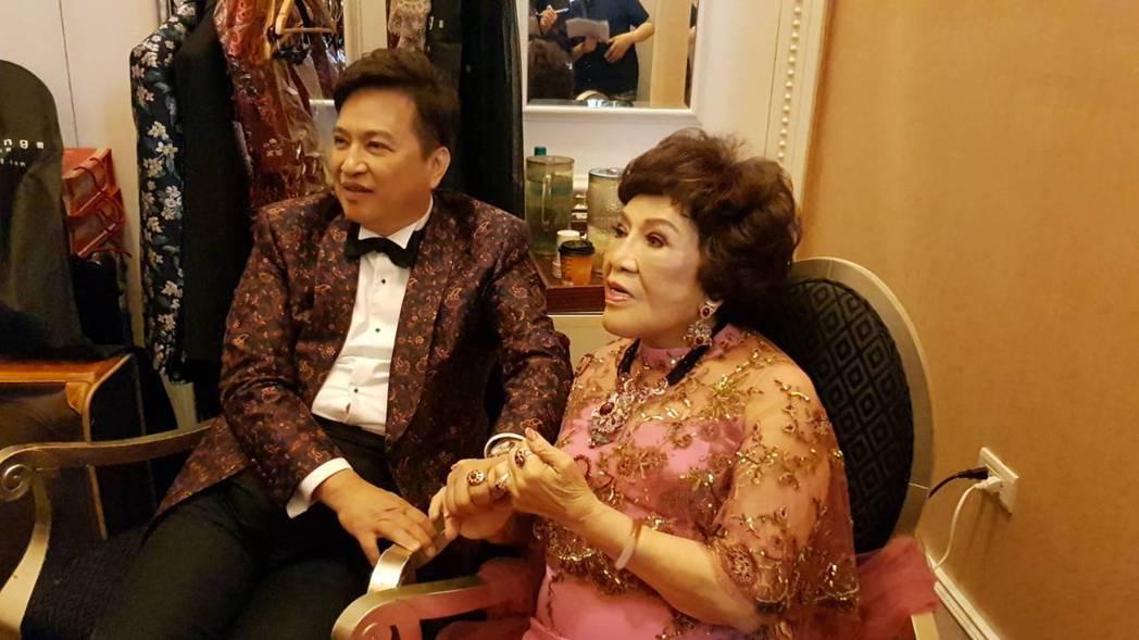 阿姑(右)與李朝永在婚禮開始前接受訪問。記者杜沛學/攝影